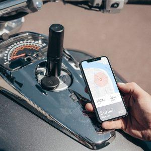 Tracker Monimoto sur de moto et écran du téléphone avec l'application monimoto